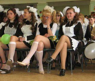 ロシアの卒業式はメイド服